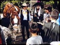 ▲ハロウィンの季節、馬に乗って訪問させて頂きました。